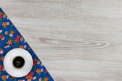 Koffie op de doekservet van de patroonbloem op lege houten achtergrond Royalty-vrije Stock Foto