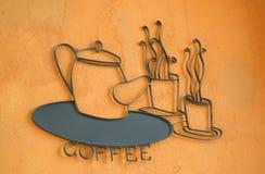 Koffie op de oranje muur wordt geplaatst die Stock Afbeeldingen