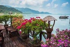 Koffie op de veranda in het visserijdorp Royalty-vrije Stock Afbeeldingen