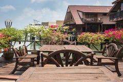 Koffie op de veranda in het visserijdorp Stock Foto's