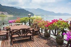 Koffie op de veranda in het visserijdorp Royalty-vrije Stock Foto's