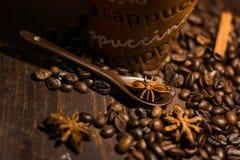 Koffie op een bruine lijst Royalty-vrije Stock Foto's