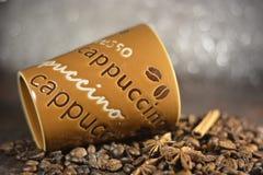 Koffie op een bruine lijst Royalty-vrije Stock Foto