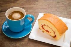 Koffie op een houten vloer wordt geplaatst die Stock Afbeelding