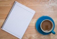 Koffie op een houten vloer wordt geplaatst die Stock Foto