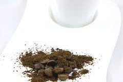 Koffie op een witte plaat Royalty-vrije Stock Afbeeldingen