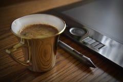 Koffie op grafische ontwerperlijst Stock Afbeeldingen