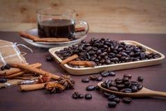 Koffie op grunge houten achtergrond Stock Afbeeldingen