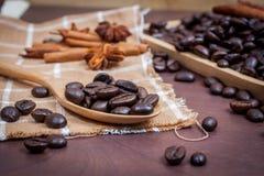 Koffie op grunge houten achtergrond Stock Fotografie