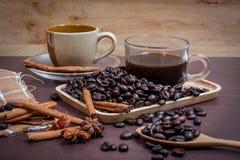 Koffie op grunge houten achtergrond Stock Foto's