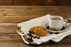 Koffie op het dienende dienblad wordt gediend dat Royalty-vrije Stock Afbeeldingen