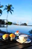 Koffie op het strand royalty-vrije stock foto's