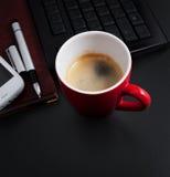 Koffie op het werk of voor ontbijt in het bureau Stock Afbeelding
