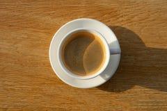 Koffie op hout met aardachtergrond Royalty-vrije Stock Afbeeldingen