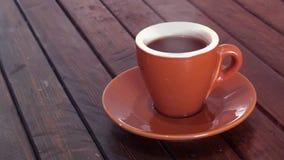 Koffie op houten bruine lijst stock video