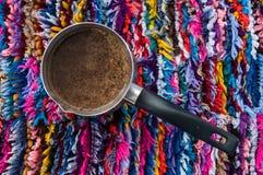 Koffie op kleurrijke achtergrond stock afbeeldingen