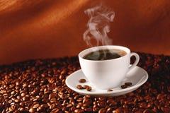 Koffie op koffie-bonen royalty-vrije stock afbeelding