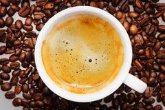 Koffie op koffiebonen Royalty-vrije Stock Afbeeldingen