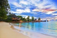 Koffie op tropisch strand bij zonsondergang Royalty-vrije Stock Afbeeldingen