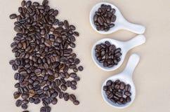 Koffie op witte porseleinschotels over bruine achtergrond Stock Foto's