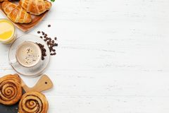 Koffie, sap en croissantsontbijt stock foto