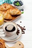 Koffie, sap en croissantsontbijt royalty-vrije stock afbeeldingen