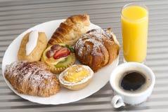 Koffie, sap en gebakje Royalty-vrije Stock Foto's