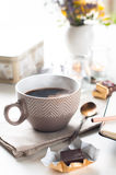 Koffie, snoepjes en bloemen Royalty-vrije Stock Foto