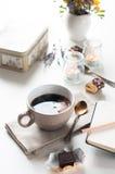 Koffie, snoepjes en bloemen Stock Foto's