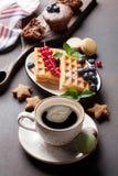Koffie, snoepjes en wafels stock foto's