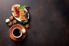Koffie, snoepjes en wafels met bessen royalty-vrije stock fotografie