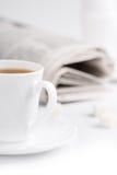 Koffie, suiker en stapel kranten Stock Fotografie