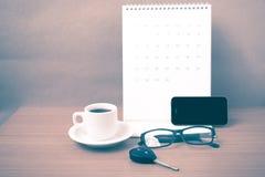 Koffie, telefoon, autosleutel, oogglazen en kalender Stock Fotografie