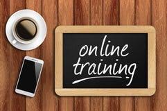 Koffie, telefoon en bord met online opleidingswoorden Stock Afbeeldingen