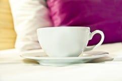 Koffie of thee aan bed wordt gediend dat royalty-vrije stock afbeeldingen