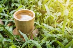 Koffie in tuin stock foto