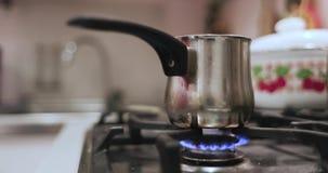 Koffie Turk waarin de koffie op een gasfornuis wordt gebrouwen stock footage