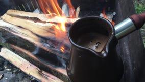 Koffie in Turkije op brandhout op brand dichte omhoog openlucht stock video