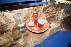 Koffie in Turks koper cezve met kubus van suiker en een stuk van Turkse verrukking Royalty-vrije Stock Foto