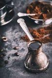Koffie Turkse koffie Armeense Turkse koffie Cezve en kop van koffie Traditionele dienende koffie Stock Afbeelding