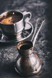 Koffie Turkse koffie Armeense Turkse koffie Cezve en kop van koffie Traditionele dienende koffie Royalty-vrije Stock Foto's