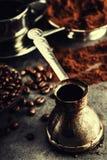 Koffie Turkse koffie Armeense Turkse koffie Cezve en kop van koffie Traditionele dienende koffie Royalty-vrije Stock Fotografie