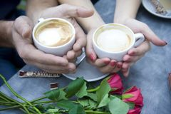 Koffie, twee koppen van koffie en suiker Harten stock fotografie