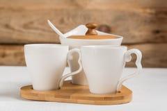 Koffie Twee koppen van koffie op een houten lijst stock foto