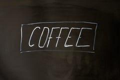 Koffie van letters voorziend krijt op de zwarte achtergrond van de schoolraad Royalty-vrije Stock Foto