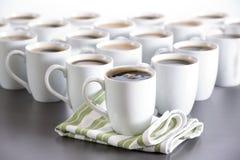 Koffie voor iedereen in het bureau, de koppen van de bistrokoffie in orde Stock Foto