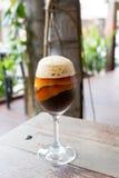 Koffie in wijnglas met oranje shell Royalty-vrije Stock Foto's