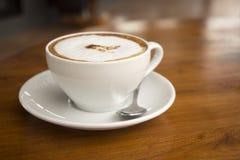 Koffie in witte kop Stock Foto's