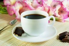 Koffie in witte kop met chocolade Stock Foto's