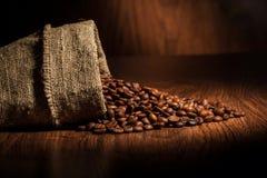 Koffieachtergrond met korrels en lege ruimte Stock Foto